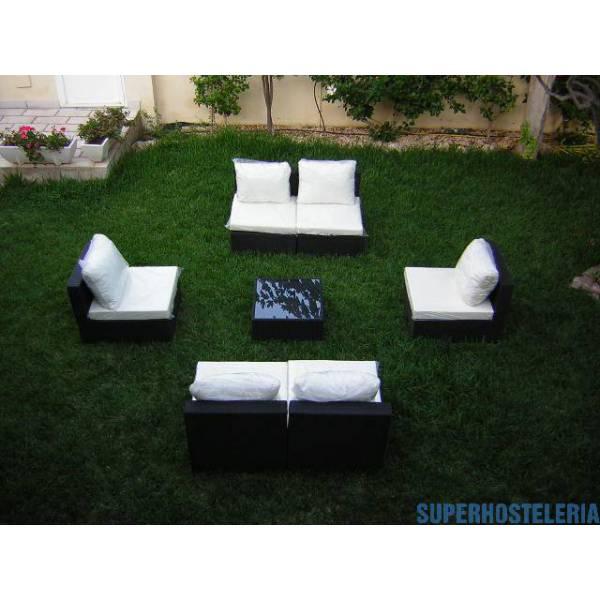 Dos sofás modulares y mesa de exterior
